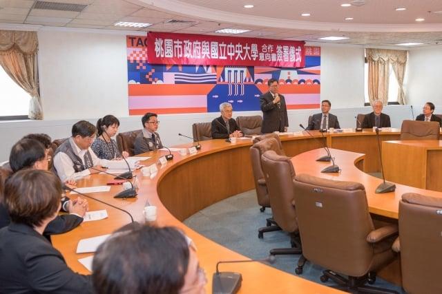 市府相關局處首長及中大代表一同出席簽約儀式。