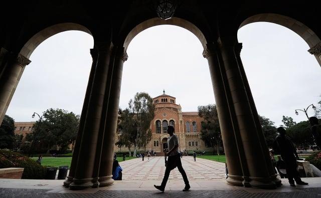 《經濟學人》報導,對中共監控人身自由的恐懼,已延伸至美國校園。圖為加州大學洛杉磯分校羅爾斯大廳。(Getty Images)