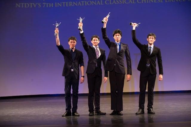 李宇軒(左二)參加第七屆「全世界中國古典舞大賽」的頒獎典禮。(記者戴兵/攝影)