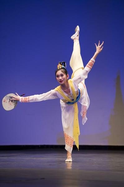 2014年,連旭在新唐人第六屆「全世界中國古典舞大賽」演繹舞蹈《在水一方》,獲得少年女子組金獎。(記者戴兵/攝影)