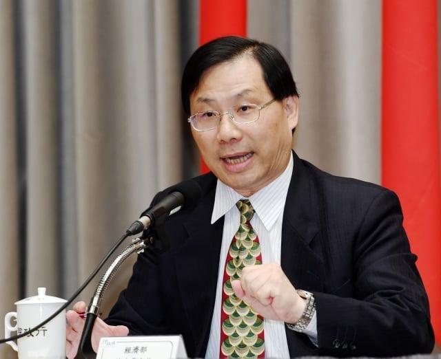 經濟部次長林全能9日出席院會後記者會表示,政府將提供青年創業貸款額度新台幣600億元。(中央社)