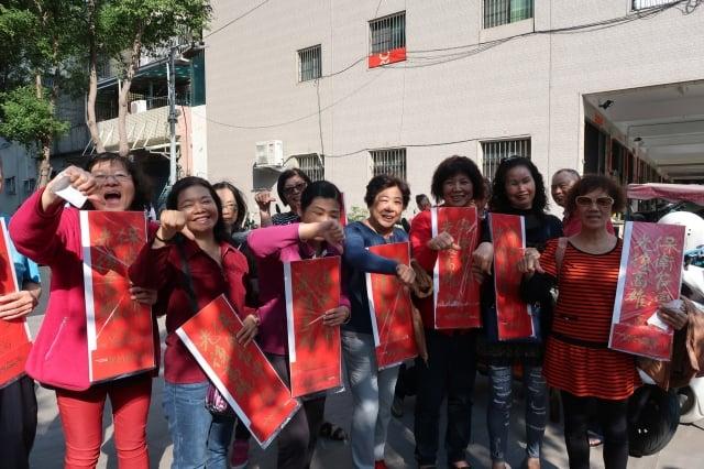 選戰落幕,「Wecare高雄」推動的罷韓行動持續進行,12日銷售「光復高雄新春福袋」仍引發搶購潮,還有民眾拿著福袋在現場高喊「韓國瑜下台」。(中央社)