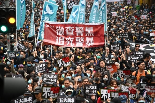 2020年1月1日,香港「元旦大遊行」中的「徹查警黑 追究警暴」標語。(記者文瀚林/攝影)