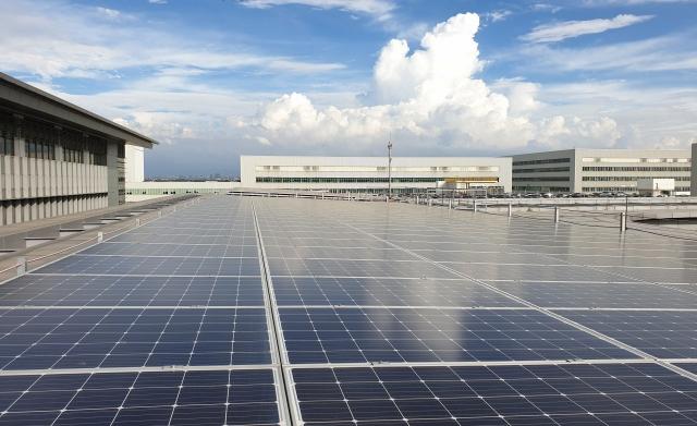 以太陽能領域為例,大量重要的生產基礎設施都遷移到亞洲,造成2017年全球僅3.7%光伏產品來自北美。圖為太陽能版。(中央社)