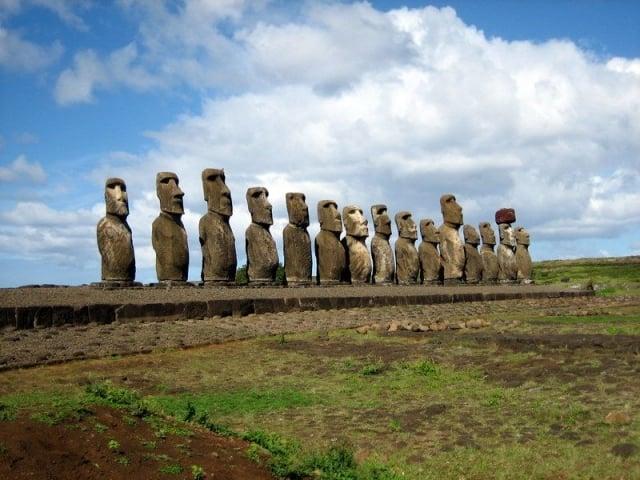 復活節島巨大的摩艾石像。(維基百科)