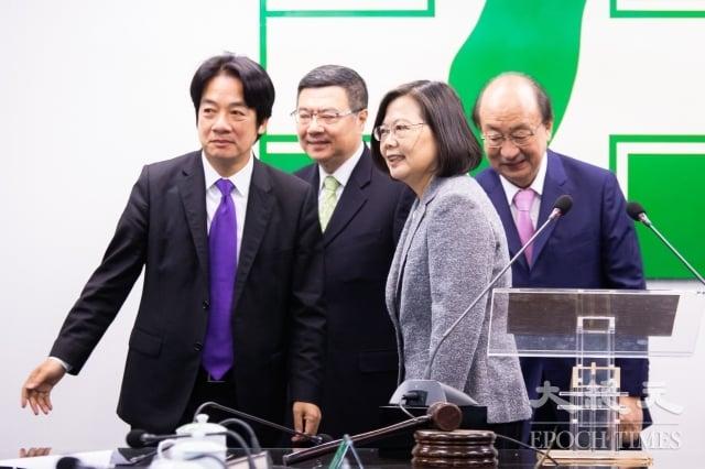 民進黨15日在中央黨部舉行中常會,總統蔡英文(前右)、副總統當選人賴清德(前左)出席慰問黨工辛勞。(記者陳柏州/攝影)