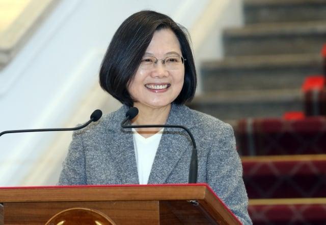 總統蔡英文15日在總統府敞廳針對選後政局發表談話,並宣布已簽署《反滲透法》並公告實施。(中央社)