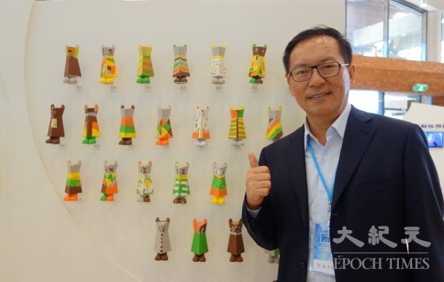 高雄福山國小校長李進士與學生作品合照。