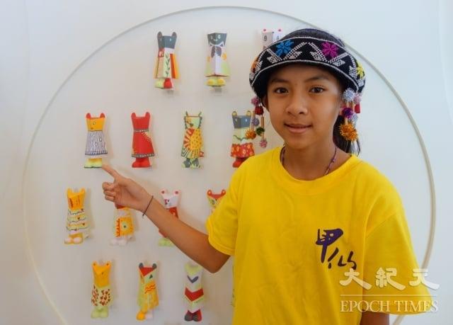 甲仙國小班潘同學分享展出作品、介紹甲仙特色。(記者劉亦悅/攝影)
