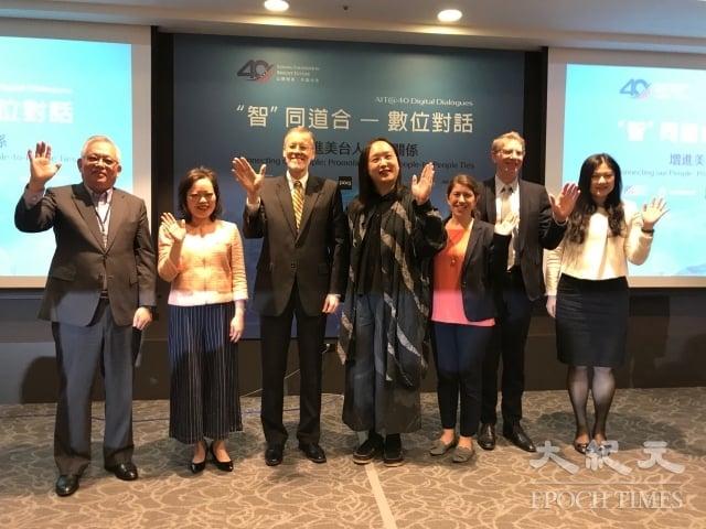 美國在台協會處長酈英傑(左3)、外交部與行政院數位政委唐鳳(左4)共同舉辦第4場「『智』同道合--數位對話」公共論壇。(記者李怡欣/攝影)