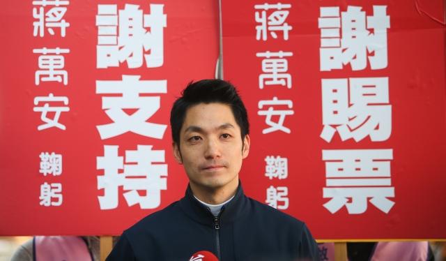 國民黨立委蔣萬安21日上午到台北長春市場謝票,並於謝票前接受媒體訪問,針對國民黨改革提出看法。(中央社)