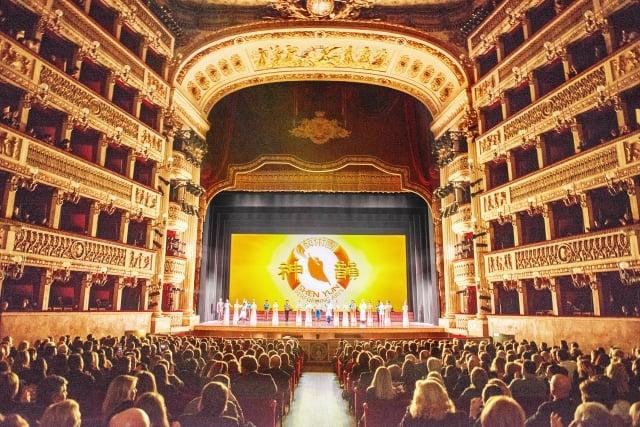 1月10日,美國神韻巡迴藝術團在義大利那不勒斯的首場演出爆滿。(記者Marius Iacob/攝影)