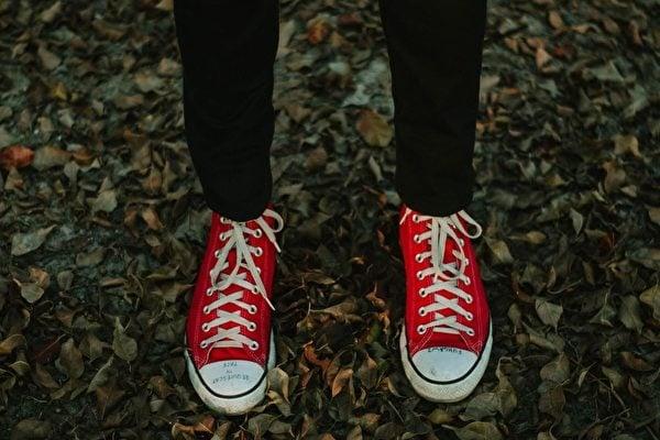 一雙紅布鞋。(Pexels)