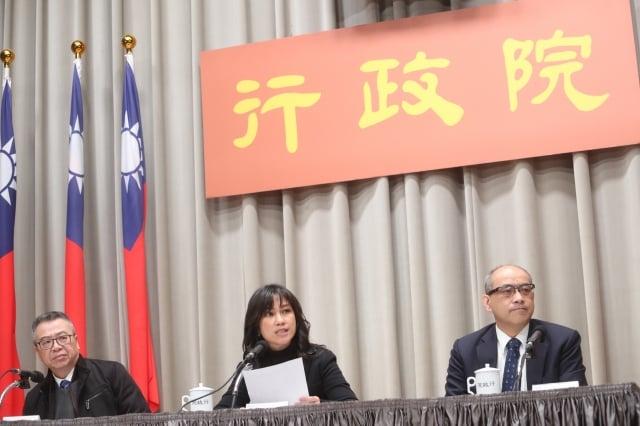 國發會副主委鄭貞茂(右)表示,台灣防疫很審慎,不認為武漢肺炎對台灣經濟會有很大的衝擊。(中央社)