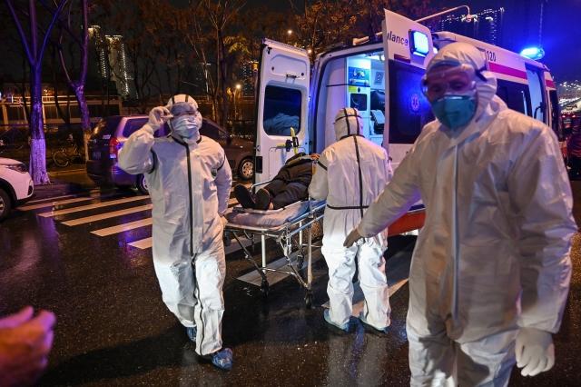 圖為1月25日,武漢一家醫院。(HECTOR RETAMAL/AFP via Getty Images)