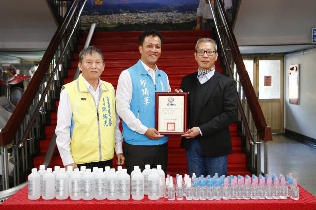 邱市長回贈感謝狀,由宸鼎生技副總經理鍾羿橫代為接受。