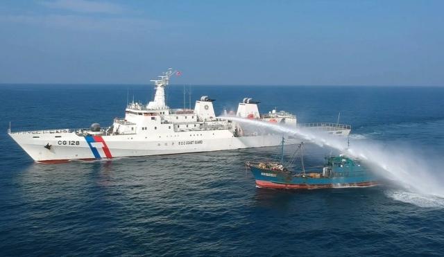 海巡署艦隊分署表示,為避免中國籍漁船越界進入台灣海域作業成為防疫漏洞,4日起調派「偉星艦」、「巡護7號」進駐澎湖南、北海域,強力取締。(海巡署艦隊分署提供)