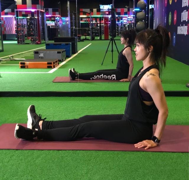 膝蓋保養動作2坐姿伸展腳踝。(業者提供)