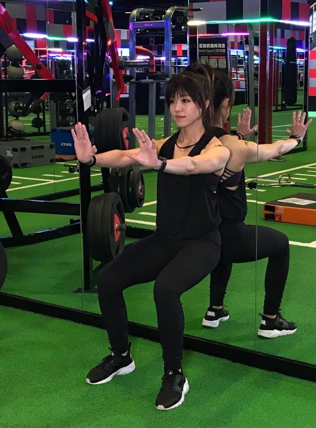 膝蓋保養動作4靠牆深蹲。(業者提供)