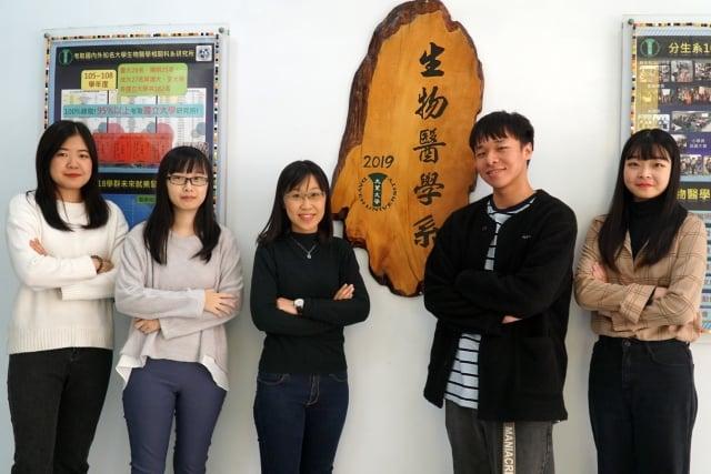 大葉大學生醫系大四生莊穎華(左一)、莊玉鳳(左二)、劉恩竹(中)、陳俊瑋(右二)、李采諭(右一)考取台大研究所(大葉大學提供)