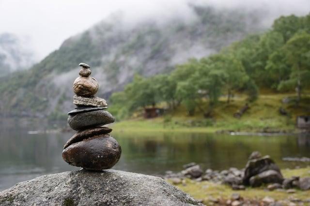 移動石頭導致露出原本被掩蓋的泥土,將導致那裡的水土更容易流失,減少植物生長的可能性。對待自然環境的首要原則是不要攪擾它。(ShutterStock)