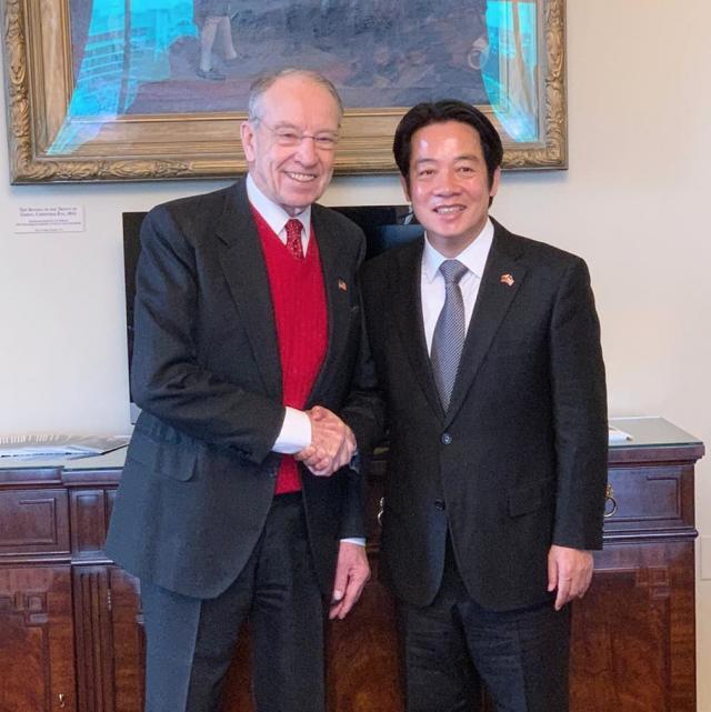 美國參議院臨時議長葛拉斯里(左)2月4日與賴清德(右)會面。(葛拉斯里Instagram)