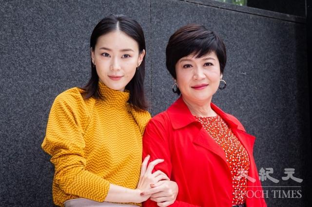 女星崔佩儀(右)和鍾瑶(左)7日出席《跟鯊魚接吻》記者會。(記者陳柏州/攝影)