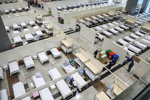 圖為武漢市一家由展覽中心改建的醫院,2月5日醫護人員準備接收更多的感染新冠狀病毒肺炎患者。(STR/AFP)