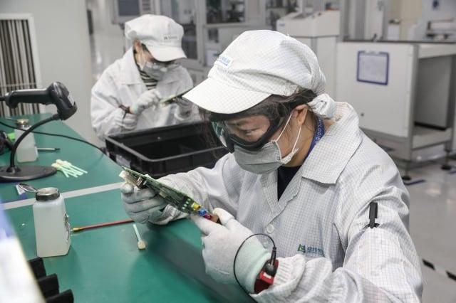 與中國有密切合作的美國業者透露,這次疫情的影響遠高於關稅,中國恐出現中小企業的倒閉潮。(STR/AFP via Getty Images)