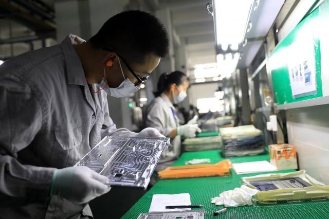 英業達、和碩、廣達等代工大廠表示,位於中國大陸工廠多處於人力盤點階段,產能未全開。(STR/AFP via Getty Images)