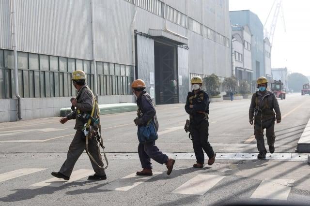 專家表示,讓大量工人返回工廠,恐會釀成更大規模的群聚感染,反而讓疫情更加擴散。(STR/AFP via Getty Images)