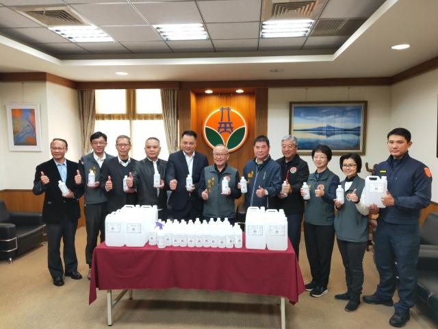 宸鼎公司捐贈消毒用酒精,為疫情防治貢獻力量。(苗縣府提供)