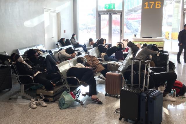 許多台灣民眾只能在菲律賓的機場過夜,11日上午再搭機返台。(中央社)