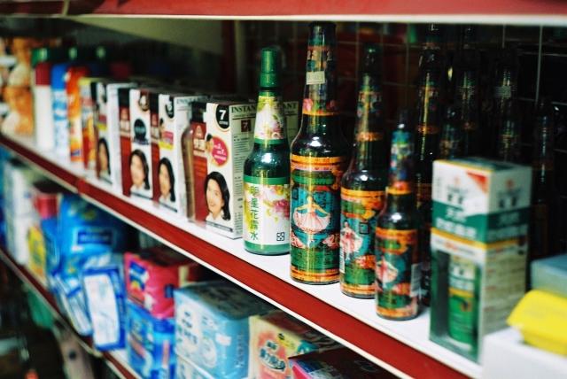 傳統雜貨店層架上的明星花露水。(Chia ying Yang, Flickr)