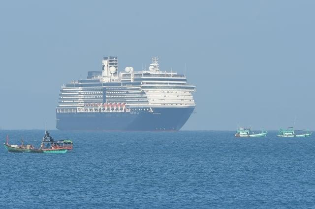 馬來西亞衛生當局上週六(2月15日)表示,一名83歲的美國婦女曾是停靠在柬埔寨的威士特丹號(MS Westerdam)郵輪的乘客,她下船後在馬來西亞進行的新冠病毒檢測呈陽性。(TANG CHHIN Sothy / AFP)