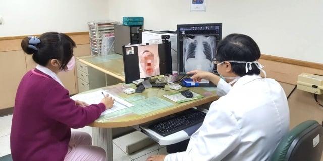 桃園市合作醫療院所進行通訊診療服務。(桃園市衛生局提供)