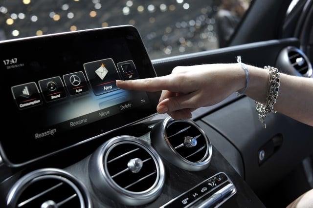 圖為車展中賓士車的Apple CarPlay 螢幕。(Harold Cunningham/Getty Images)