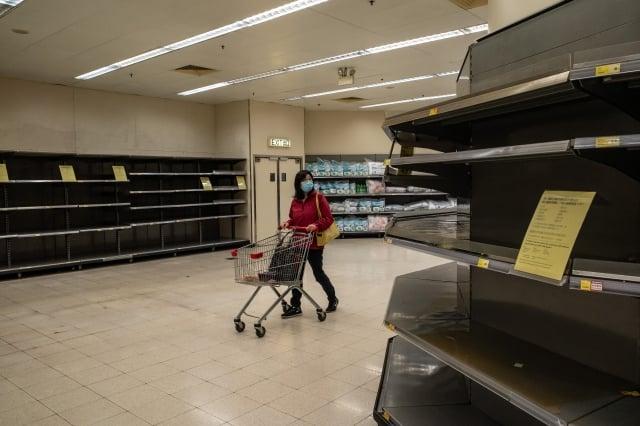 由於武漢肺炎爆發、停工時間延長,中國經濟已陷入停頓,工廠復工面臨招工難、消費者也停止旅行、購物或外出就餐等活動。(Anthony Kwan/Getty Images)