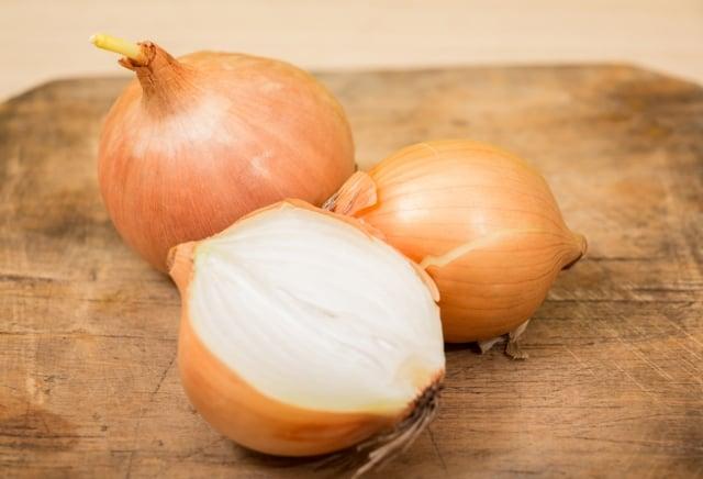 洋蔥中的寡糖帶有甜味,但卡路里不到砂糖的一半,且幾乎不會被人體吸收。(shutterstock)