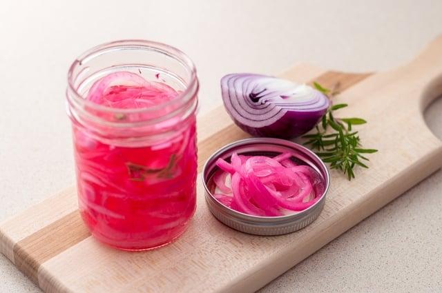 洋蔥放入醋裡醃漬,做成「醋洋蔥」,天天食用,就能達到多種食療效果。(shutterstock)