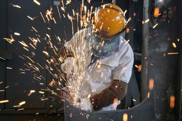 勞動力短缺造成企業復工不足、復產率極低。( STR/AFP via Getty Images)