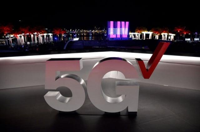 白宮表示,美國大約會在1個月後召開有關5G的會議,美國總統川普將出席。圖為2020年超級盃的5G裝飾。(Getty Images for Verizon)