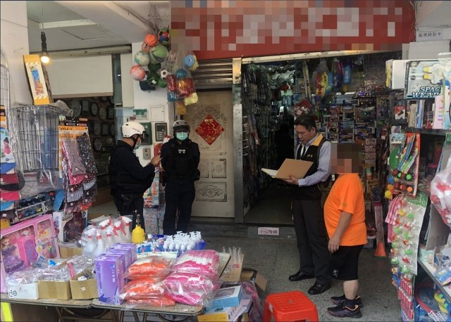 經北市法務局調查,台北市囤積防疫物資、哄抬價格情形,2月間共計有違規15件。(中央社)