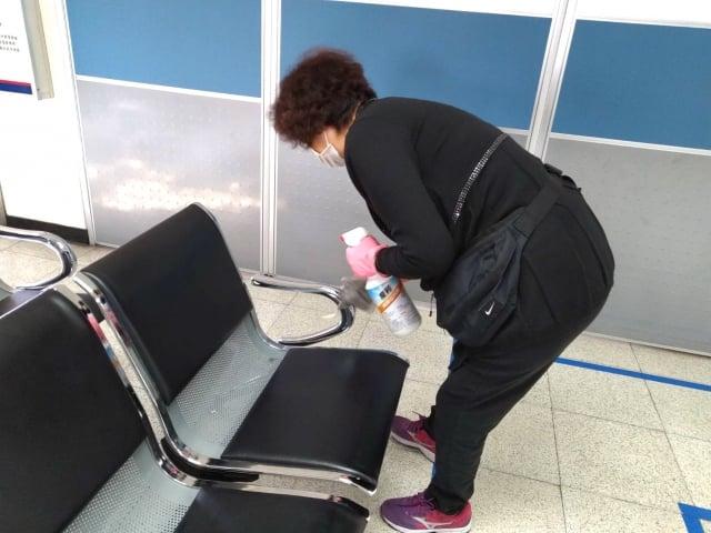 清潔人員也定時使用稀釋漂白水清潔服務臺、辦件櫃臺、電梯按鈕、廁所等公共區域,全力作好防疫工作!