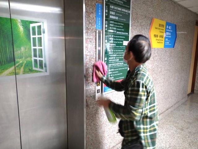 清潔人員也定時使用稀釋漂白水清潔服務臺、辦件櫃臺、電梯按鈕、廁所等公共區域,全力作好防疫工作!(桃園監理站提供)