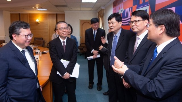 桃園市長鄭文燦與各校長、教授相談甚歡。