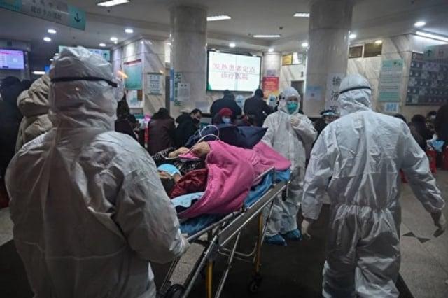 武漢醫院擠滿了病患,試劑盒、病床嚴重不足。圖為1月25日,武漢一家醫院。(HECTOR RETAMAL/AFP via Getty Images)