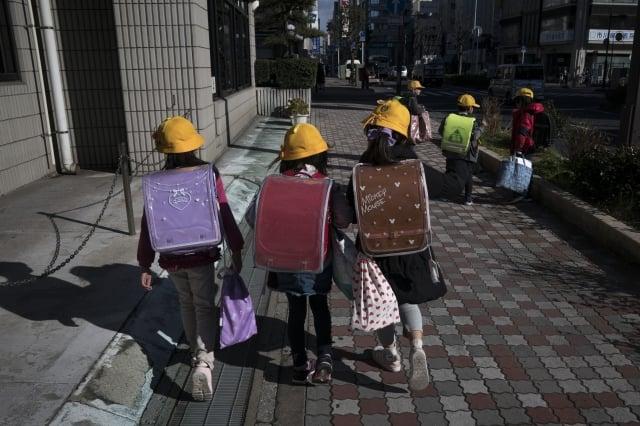 日本首相安倍晉三27日宣布,將要求全國所有高中以下學校自3月2日起暫時停課,直到4月春假為止。(Tomohiro Ohsumi/Getty Images)