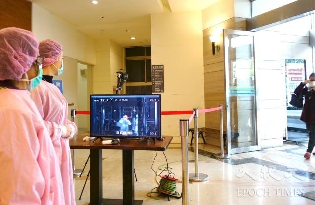 聯新國際醫院提醒,民眾進出醫院應全程配戴口罩與體溫測量。(記者徐乃義/攝影)