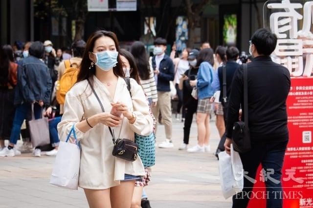 主計總處主計長朱澤民4日表示,今年台灣經濟成長率「保2」沒有問題。圖為民眾戴口罩逛街。(記者陳柏州/攝影)